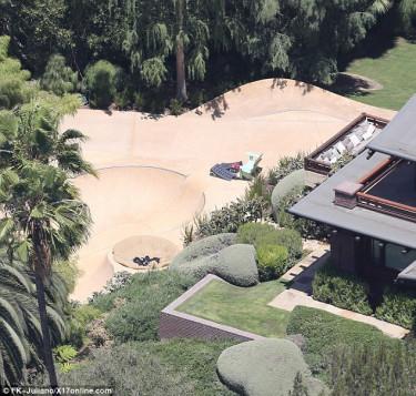 "Angelina Jolie i Bradd Pitt - skatepark na ""podwórku""."