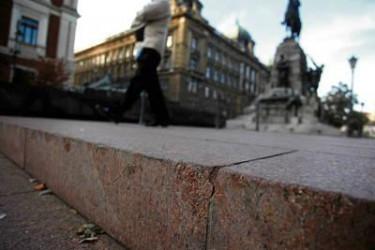 Deskorolkarze zniszczyli płyty na placu Matejki
